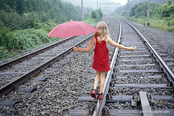 |petite fille sur le chemin de fer - little girl on the railways